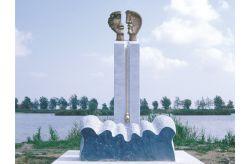 Marea, 1998, bronzo, marmo bianco di Carrara e Bardiglio imperiale cm h 287 x 170 x 115, Parco della Scultura, Le Vallette, Ostellato, Ferrara
