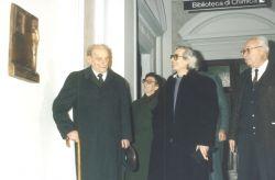 con il filosofo Norberto Bobbio, che inaugura la stele a Primo Levi, Torino 1993