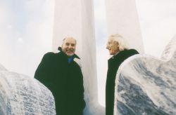 con lo scrittore Tahar Ben Jelloun sulla scultura Nel cerchio della mia vita, Collegno 2001
