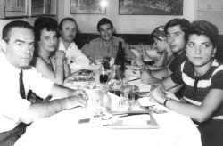 con Remo Pastori (galleria Il Punto), Giusi e Berto Ravotti, Elsa Mezzano, Fabrizio Plessi e Arabella Giorgi, Venezia 1964