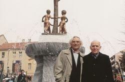 con lo scrittore Vincenzo Consolo all'inaugurazione della fontana L'albero della Pace, Rivoli 2004